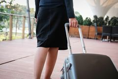 femme d'affaires tirant le bagage dehors bagages de transport f de femme Images stock