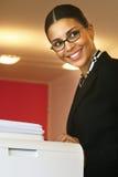 Femme d'affaires tirant les copies l images stock
