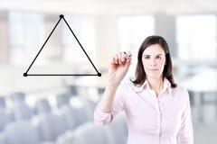 Femme d'affaires tirant un diagramme avec l'équilibre entre trois côtés d'une triangle Fond de bureau Image stock