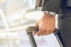 Femme d'affaires tirant une valise dans une grande ville photographie stock libre de droits
