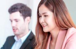 Femme d'affaires tombant amoureuse de patron au travail images stock