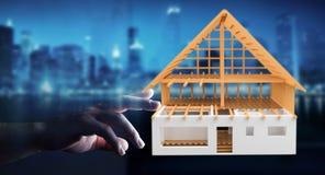 Femme d'affaires touchant 3D rendant la maison non finie de plan avec h Image libre de droits