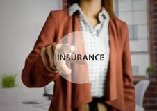 Femme d'affaires touchant digitalement l'écran avec l'assurance des textes photo stock