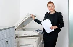Femme d'affaires travaillant à l'imprimante de bureau photo stock