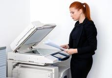 Femme d'affaires travaillant à l'imprimante de bureau photographie stock
