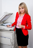 Femme d'affaires travaillant à l'imprimante de bureau Image libre de droits