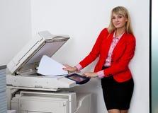 Femme d'affaires travaillant à l'imprimante de bureau images stock