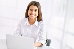 Femme d'affaires travaillant à l'ordinateur portable photo libre de droits