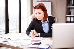 Femme d'affaires travaillant à la campagne de marketing Photographie stock