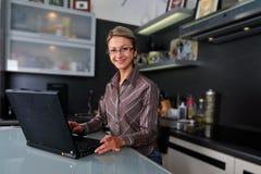 Femme d'affaires travaillant à la maison Image libre de droits