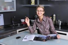 Femme d'affaires travaillant à la maison Images stock