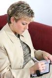 Femme d'affaires travaillant à la maison sur le divan Images stock