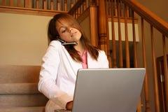 Femme d'affaires travaillant à la maison sur son ordinateur portatif Image libre de droits