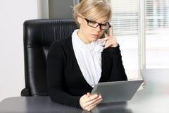 Femme d'affaires travaillant à la tablette Photographie stock libre de droits