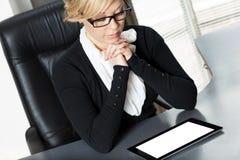 Femme d'affaires travaillant à la tablette Image libre de droits