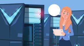 Femme d'affaires travaillant à la Tablette de Digital au centre de base de données ou à l'ingénieur moderne de femme d'affaires d Images stock