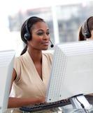 Femme d'affaires travaillant à un centre d'attention téléphonique Photo stock