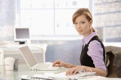 Femme d'affaires travaillant au bureau photographie stock libre de droits