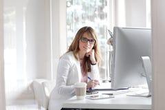 Femme d'affaires travaillant au bureau image libre de droits