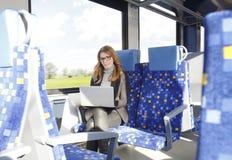 Femme d'affaires travaillant au train photo libre de droits