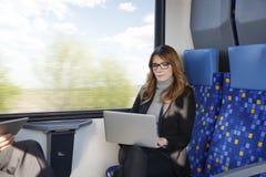 Femme d'affaires travaillant au train photographie stock libre de droits