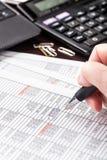 Femme d'affaires travaillant avec des documents dans le bureau Photo stock