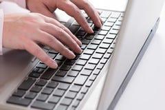 Femme d'affaires travaillant avec l'ordinateur portable Image stock