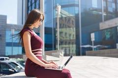 Femme d'affaires travaillant avec l'ordinateur portable dehors Photos stock