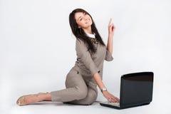 Femme d'affaires travaillant avec l'ordinateur portable et les expositions le geste Images stock