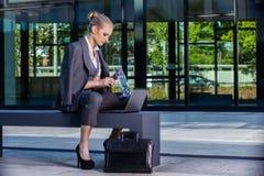 Femme d'affaires travaillant avec l'ordinateur portable extérieur photographie stock libre de droits