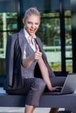 Femme d'affaires travaillant avec l'ordinateur portable extérieur photo stock