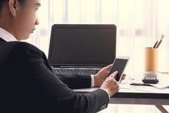 Femme d'affaires travaillant avec les dispositifs, l'ordinateur de labtop et le m modernes images stock