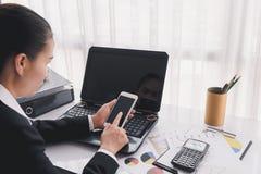 Femme d'affaires travaillant avec les dispositifs, l'ordinateur de labtop et le m modernes images libres de droits