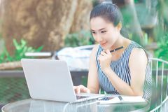Femme d'affaires travaillant avec un ordinateur portable dans le bureau photos libres de droits