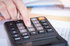 Femme d'affaires travaillant dans le bureau avec la calculatrice pour des données financières analysant le compte Analyse financi image libre de droits