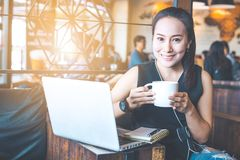 Femme d'affaires travaillant dans un café avec un ordinateur Image libre de droits