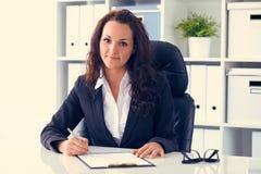 Femme d'affaires travaillant derrière le bureau image libre de droits