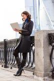 Femme d'affaires travaillant à l'ordinateur portatif Image stock