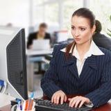 Femme d'affaires travaillant sur l'ordinateur photos stock