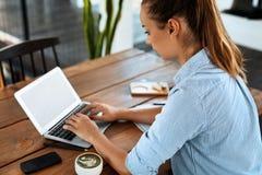 Femme d'affaires travaillant sur l'ordinateur au café Travaillent en indépendants le travail, COMM. images libres de droits