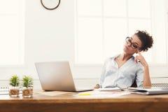 Femme d'affaires travaillant sur l'ordinateur portable au bureau image stock