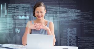 Femme d'affaires travaillant sur l'ordinateur portable avec l'interface des textes d'écran Images stock