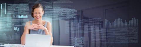 Femme d'affaires travaillant sur l'ordinateur portable avec l'interface des textes d'écran Photos libres de droits