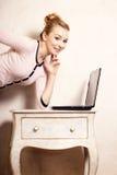 Femme d'affaires travaillant sur l'ordinateur portable d'ordinateur image libre de droits