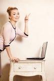 Femme d'affaires travaillant sur l'ordinateur portable d'ordinateur photo libre de droits