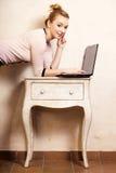 Femme d'affaires travaillant sur l'ordinateur portable d'ordinateur photographie stock