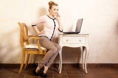 Femme d'affaires travaillant sur l'ordinateur portable d'ordinateur photographie stock libre de droits