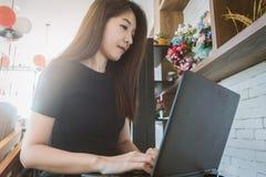 Femme d'affaires travaillant sur l'ordinateur portable et regardant l'écran en o à la maison Photos stock