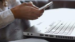 Femme d'affaires travaillant sur l'ordinateur portable, vérifiant l'accord et appelle l'associé banque de vidéos