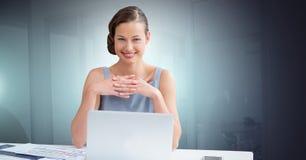 Femme d'affaires travaillant sur l'ordinateur portatif Photos stock